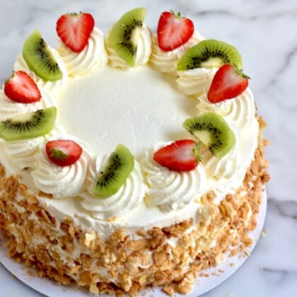 slagroomtaart met aardbeien en kiwi