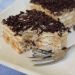 beppetaart, een taart van lagen koekjes met mokkacreme en afgedekt met hagelslap