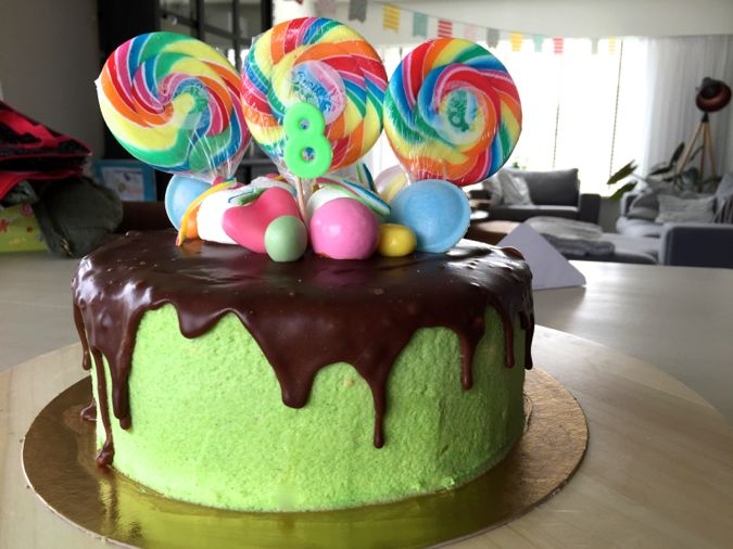 Verjaardagstaart: Dripcake met chocolade en snoepjes