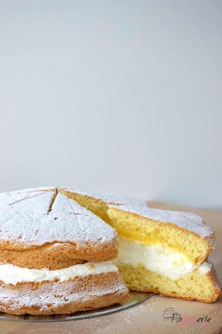 Sneeuwster, een klassieke nederlandse taart gevuld met slagroom en advocaat