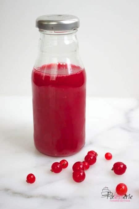 bessensap maken, een flesje bessensap van aalbessen, patesserie.com