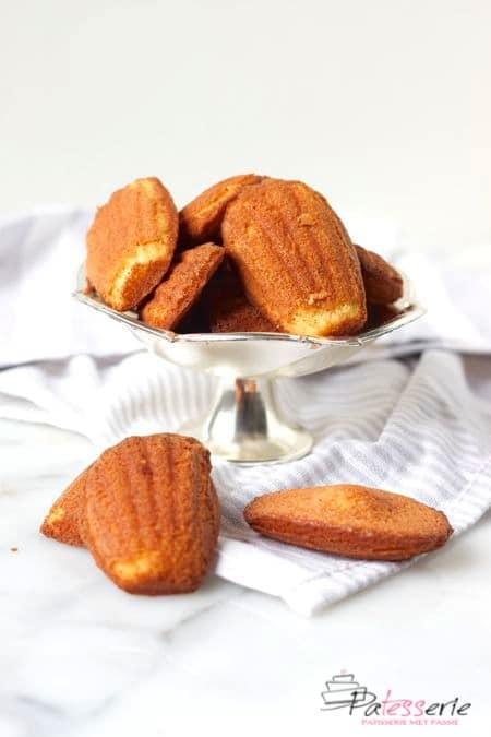 madeleines, franse cakejes op een schaal