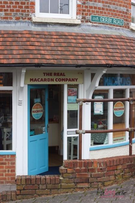 De gevel van the real macaron company in Newbury waar je leert hoe je macarons maakt