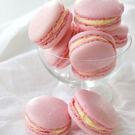 recept voor macarons maken, roze macarons met witte vulling in een glas