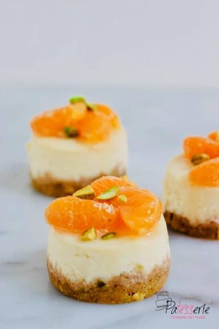 cheesecake met mandarijn, eenpersoons cheesecakes op basis van geitenkaas, heerlijk op smaak gebracht met vlierbloesemsiroop, mandarijn en pistachenoten
