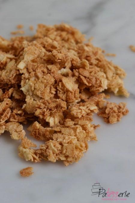 Victoriabeslag is een heerlijk krokant mengsel gemaakt van geschaafde amandelen en suiker, wat met een beetje eiwit aan elkaar geplakt wordt. Wanneer je dit bakt wordt het heerlijk krokant en kun je het gebruiken als decoratie op taart. Zoals bijvoorbeeld langs de zijkanten van slagroomtaart.