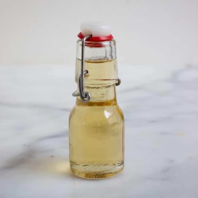 flesje met doorzichtige trempeersiroop