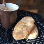 twee arnhemse meisjes (koekjes van bladerdeeg en suiker) bij een mok koffie