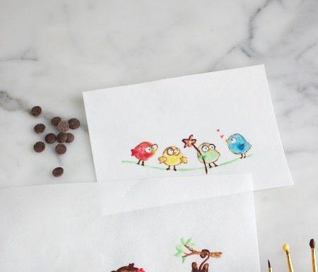 Schilderen met chocolade. Drie kleine aapjes en vogeltjes schilderen met gekleurde chocolade