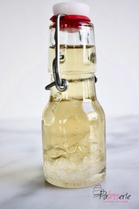 suikerkristallen in een klein weckflesje siroop, zo ontstaat ook kandijsuiker