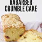 rabarber crumble cake met een plakje ervan af gesneden. de stukjes rabarber in de cake lijken net een lachend gezicht