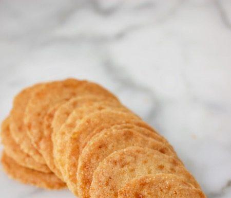 nougatientjes of amsterdamse koggetjes, typisch nederlands koekje met stukjes karamel erin