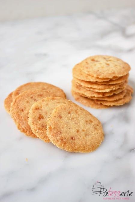 nougatientjes of amsterdamse koggetjes gestapeld en een paar koekjes los ervoor