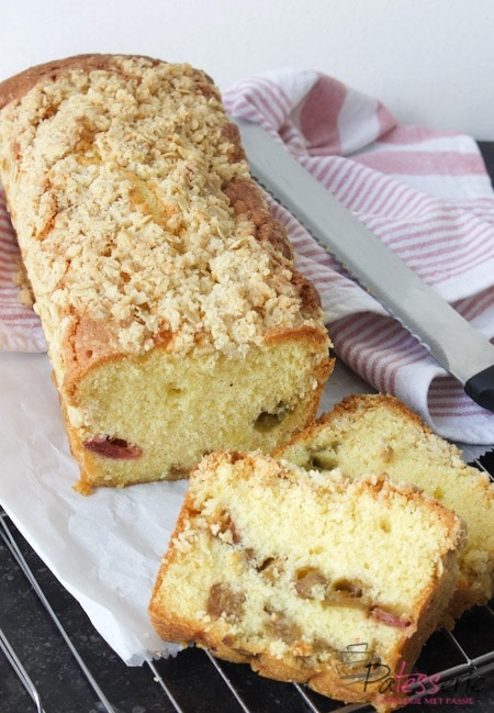 rabarber crumble cake met twee losse plakjes