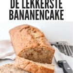 bananencake op een cakerooster met 2 plakken afgesneden