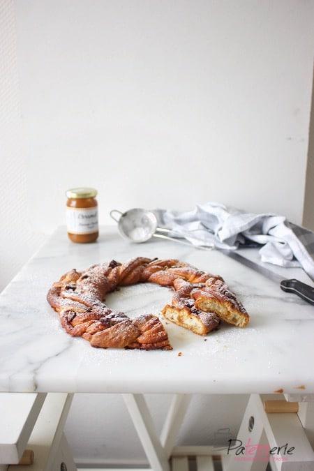 Croissant krans met karamel en pecannoten