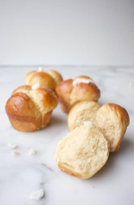 luchtige advocaatbroodjes gebakken in een muffinvorm