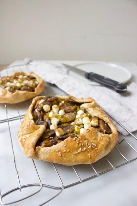 twee hartige galettes met champignons, prei en geitenkaas