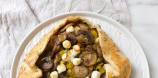 hartige galette met champignon, prei en geitenkaas op een grijs bordje