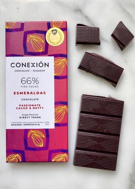 Conexión - Esmeraldas 66% . Een wikkel en stukjes van deze ecuadoriaanse chocolade reep