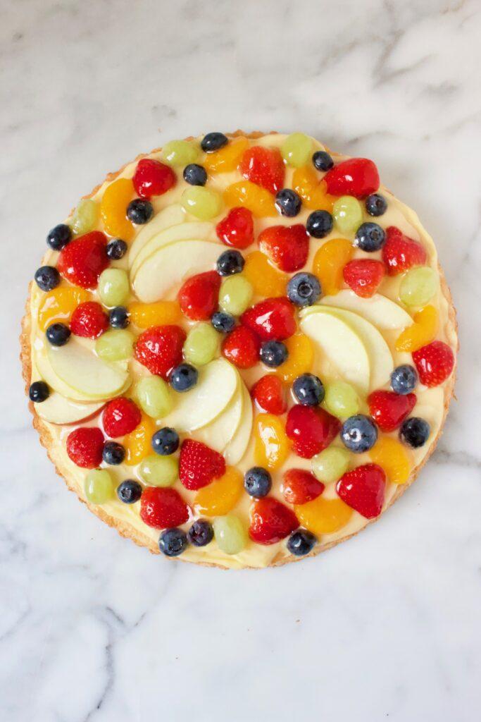 Ronde fruittaart met gemengd fruit