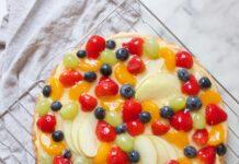 bovenaanzicht ronde fruittaart met vers fruit