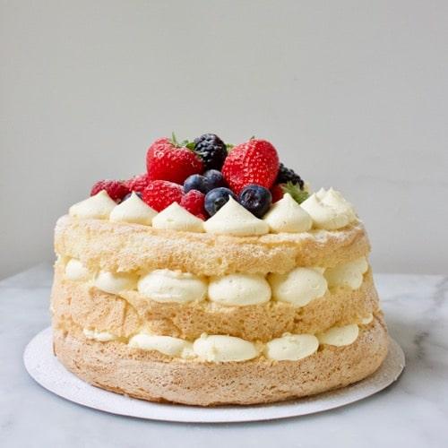 een naked cake met vanille room en vers fruit