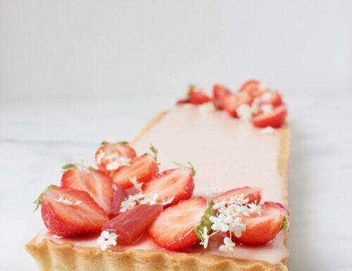 aardbeien rabarber taart met vlierbloesem