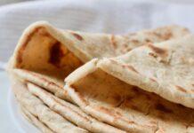 Zelf gemaakte grieks pitabrood op een bord