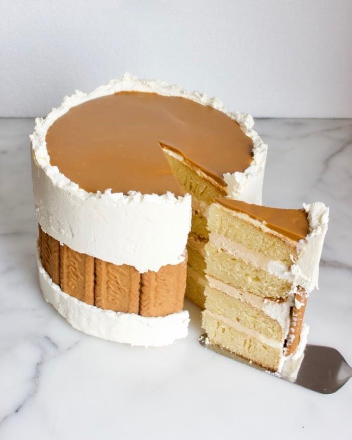 speculoos faultline cake met een punt eruit waarop de vier lagen van de taart te zien zijn