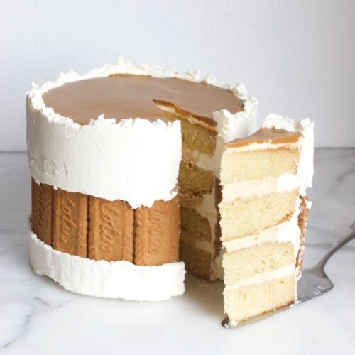 speculoos faultline cake waaruit een punt gesneden is en de 4 lagen van de cake te zien zijn