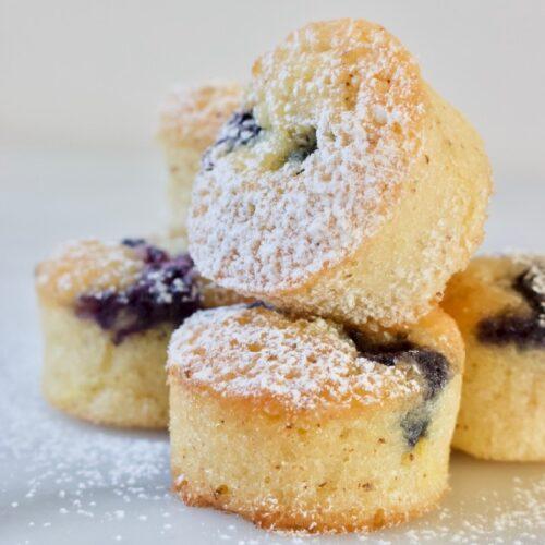 stapeltje minicakes ook wel Financiers maken met bosbessen en citroen