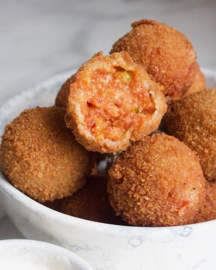 plaat met vulling voor de chorizo bitterballen met paprika