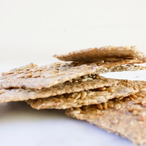 een stapel crackers met sesamzaad