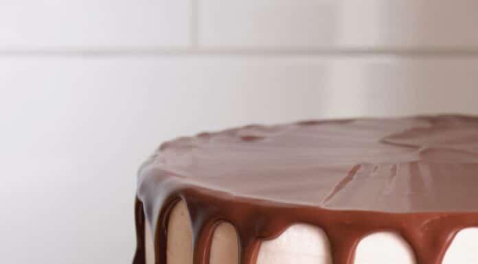 een chocolade drip voor een dripcake