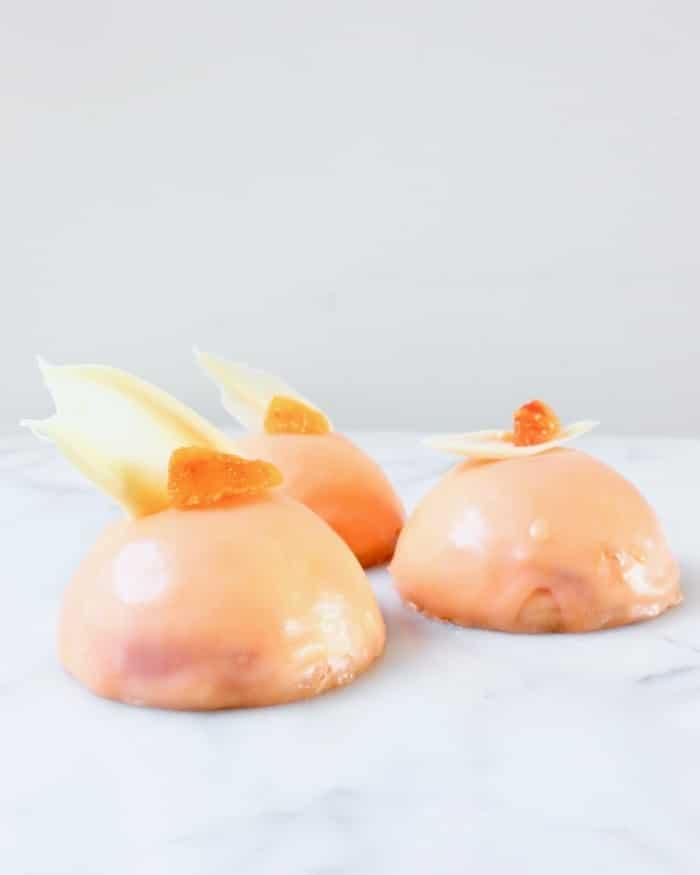 drie bloedsinaasappel kwark taartjes met witte chocolade decoratie