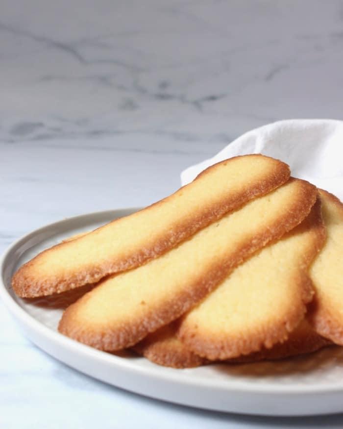 kattentongen koekjes op een schotel