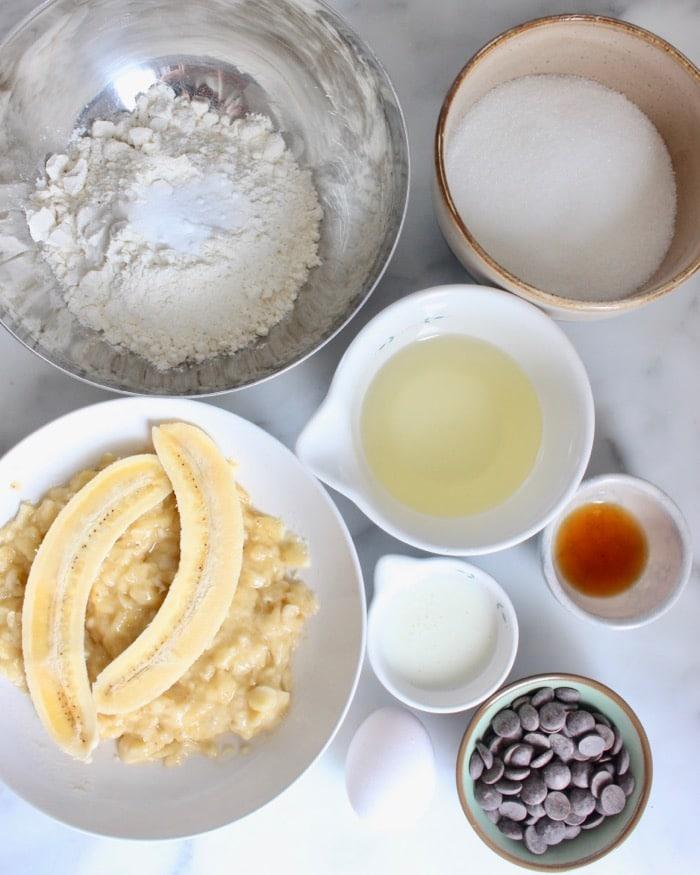 ingredienten voor  een glutenvrije bananencake met chocolade