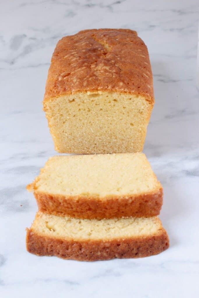 vanillecake met twee plakjes eraf gesneden