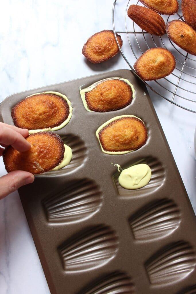 madeleines met een chocolade laagje maken in de vorm