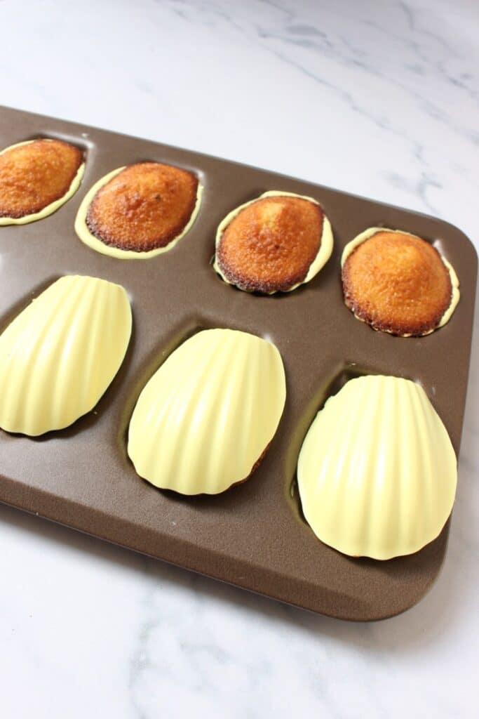 madeleines met een chocolade laagje in het bakblik