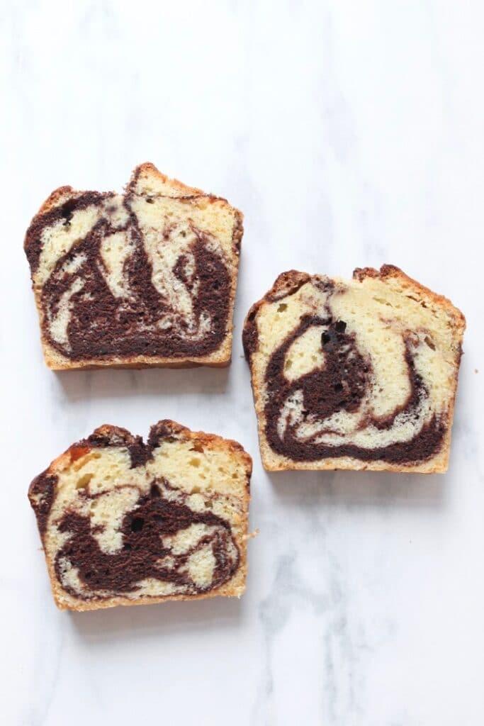 drie plakken marmercake met chocolade in verschillende patronen