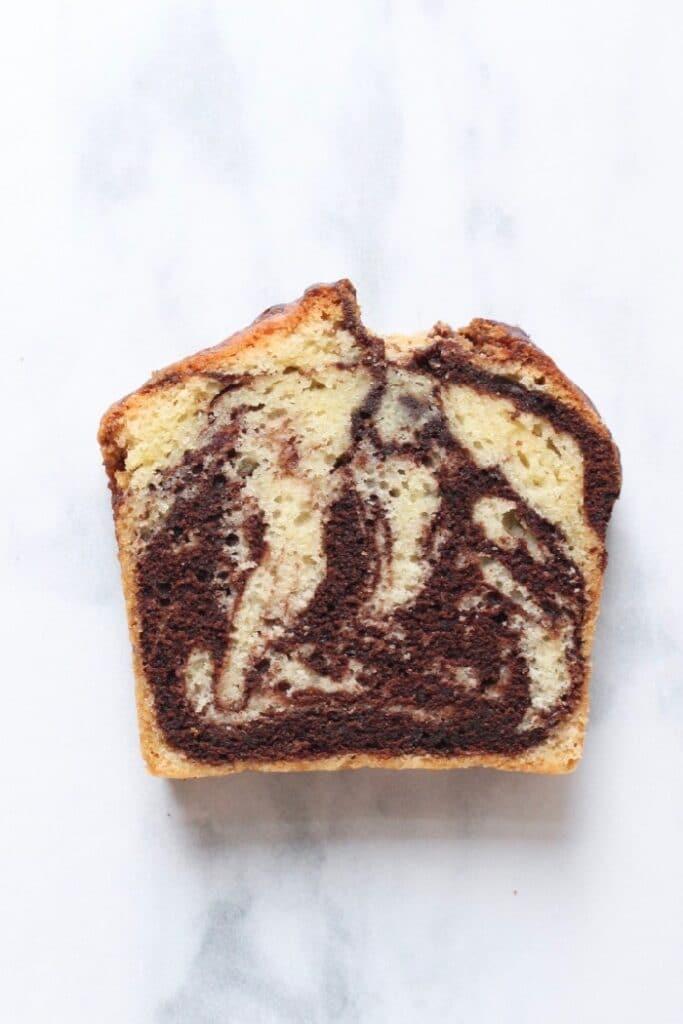 een plakje marmercake met chocolade