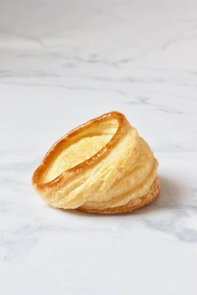 een bladerdeeg bakje wat scheef gebakken is